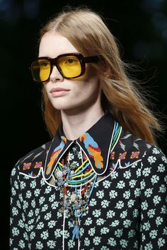 Gucci Spring 2016 Ready-to-Wear Fashion Show - Nicole Atieno Face Shape Sunglasses, Girl With Sunglasses, Retro Sunglasses, Sunglasses Storage, Costa Sunglasses, Summer Sunglasses, Gucci Sunglasses, Oversized Sunglasses, Sunglasses Women