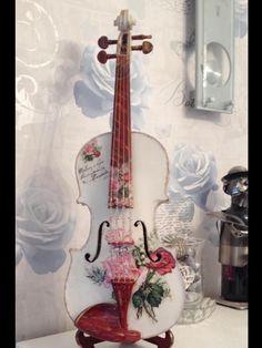 I violini possono prestarsi a una folla di sfumature in apparenza inconciliabili. Essi hanno la forza, la leggerezza, la grazia, l'accento triste e gioioso, il sogno e la passione (…) I violini sono dei servitori fedeli, intelligenti, attivi e infaticabili (…) Il violino è la vera voce femminile dell'orchestra, voce passionale e casta allo stesso tempo, straziante e dolce, che piange e grida e si lamenta, o canta e prega e sogna, o esplode in accenti di gioia, come nessuno altro potrebbe…
