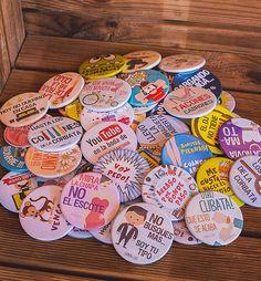 Super pack de chapas para bodas. 100 frases divertidas, originales y personalizadas. www.bodafan.com