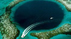 """Esse buraco tem profundidade de 300 metros e diâmetro de 125. É considerado o principal Buraco Azul, dentre os muitos existentes em Belize. Localizado no recife de Lighthouse Reef Atoll, o """"Great Blue Hole"""" é um dos locais de maior visibilidade para os mergulhadores. Acredita-se que o fundo tenha desmoronado 10 mil anos atrás."""