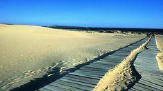 Corrubedo - A Coruña - España Aunque ya se habla de el en el siglo XVI, es en el XIX cuando se hace famoso por su actividad pesquera.. La creación de la Asociación As Dunas -en 1979- lo hizo resurgir. El Parque Natural de las Dunas de Corrubedo y Lagunas de Carregal y Vixán es zona húmeda de importancia internacional, destacando su famosa duna móvil. Su fama ha sido causa de que haya sido elegido como lugar de residencia de famosos arquitectos de Europa.