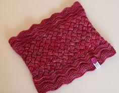 Goldstück Cowl in Malabrigo Arroyo -- knitting pattern by schneckenstrick