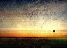 Neben großen Flugzeugen und wendigen Hubschraubern sind Heißluftballons wohl etwas langsam. Dafür sind sie umso romantischer. Das Kunstbild eines Heißluftballons strahlt auch im eignem Heim Ruhe und Harmonie aus.