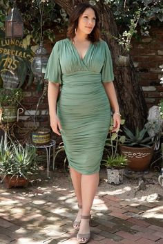Plus Size Over The Knee Ruched Green Dress To Wear To A Wedding. Love this style of ruched plus size dress in green perfect for weddings with a just over the knee hemline. Plus Size Bodycon Dresses, Plus Size Cocktail Dresses, Dresses To Wear To A Wedding, Formal Dresses For Women, Dresser, Winter Outfits Women, Trendy Outfits, Fashion Over 40, Special Occasion Dresses