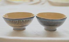 こんにちは。 Holding hands Heart です。  【新商品】「 ・月下陶房・とびかんな飯わん 」入荷しました。   とびかんなで模様づけられたデニムカラーの飯わんです。  アイボリー色の内側には白米だけでなく、玄米や雑穀米なども美味しく見えそうです。   http://kanden43.tokyo/shopdetail/000000000061/    #月下陶房  #とびかんな  #飯わん  #デニムカラー  #アイボリー  #夫婦茶碗  #陶器  #茶碗  #ナチュラル  #リンネル  #大人のおしゃれ手帖  #天然生活