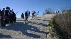 De renners tijdens de beklimming van de Monte Sante Marie (Strade Biache)