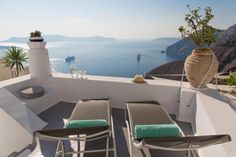 Not sure, where to stay in Santorini? Check these 10 stunning hotels and find the best place to stay in Santorini for your romantic getaway! Hotels In Santorini Greece, Santorini Villas, Best Hotel Deals, Best Hotels, Dana Villas, Best Greek Islands, Hotel Pool, Romantic Destinations, Beautiful Villas