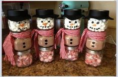 DIY Snowman Jars For Christmas Gifts Snowman made from a baby food jar. The top jar is filled with marshmallows. The middle jar is filled with hot chocolate mix. The bottom jar is filled with mints. Been looking for a craft to do with my baby food jars! Noel Christmas, Christmas Goodies, Christmas Treats, Winter Christmas, Christmas Decorations, Colleague Christmas Gifts, Simple Christmas Gifts, Christmas Parties, Winter Fun