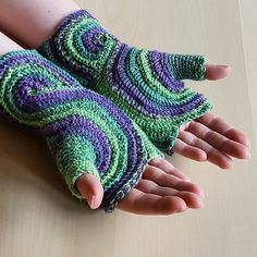 These stylish fingerless gloves will help help to keep your hands warm this fall. With their swirly design they are the perfect eye-catcher and great to show off your variegated yarn.