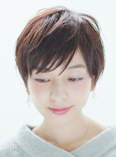 丸みを残したマニッシュショート、丸みを残すことで女性らしさを残したショートに。タイトに仕上げることでかっこよさも出て、30代40代の大人女性もオススメです!カラーはイルミナカラーの新色のピンクけーに! Chic Short Hair, Asian Short Hair, Asian Hair, Girl Short Hair, Short Bob Hairstyles, Cool Haircuts, Pretty Hairstyles, Androgynous Haircut, Natural Hair Styles