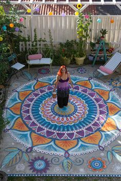 Arte no Piso Bine Brändle – Um lugar maravilhoso no jardim. Piso com um colori… Floor Art Bine Brändle – A wonderful place in the garden. Floor with a mandala-colored, painted with weatherproof acrylic paint. Outdoor Projects, Garden Projects, Sidewalk Chalk Art, Floor Art, Diy Garden, Garden Ideas, Painted Floors, Painted Rug, Mosaic Art