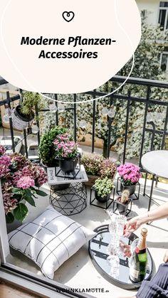 Wohnaccessoires, wie stylishe Blumentöpfe oder dekorative Vasen verleihen Deiner Einrichtung einen ganz persönlichen Stil. Wir zeigen Dir die schönsten Pflanzen-Accessoires und haben ein paar Ideen für Dich, wie Du damit Dein Zuhause gestalten kannst. Modern, Outdoor Decor, Home Decor, Decorative Vases, Small Trees, Personal Style, Planting, Succulents, Indoor House Plants
