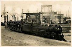 """Op de wereldtentoonstelling van 1930 te Antwerpen kon je met de """"liliputtrein"""" rondrijden. Enkelejaren later werd naar dit voorbeeld op linkeroever een gelijkaardig treintje ingezet om toeristen van de voetgangerstunnel naar Sint-Annastrand de brengen."""