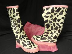 Womens Ballard Design Fashion Rainboots..Giraffe Print, trimmed in Pink..Comes with a nice Matching carry bag..Small, Medium and Large..Winning Bidder can buy as many as you like
