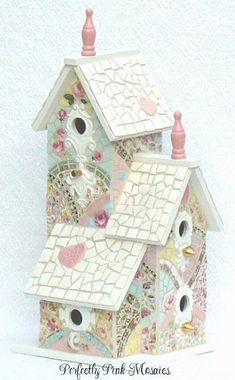 Mosaic bird cottage - I have this bird house, but it's plain. Mosaic Crafts, Mosaic Projects, Mosaic Art, Mosaic Glass, Mosaics, Bird House Feeder, Bird Feeders, Mosaic Birds, Mosaic Madness