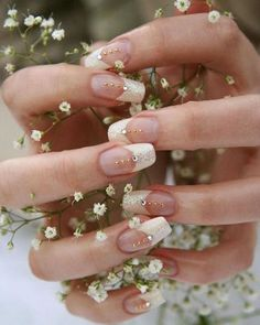 Next up is this simple yet gorgeous nail art that melt our hearts. Why not incorporate shimmering polish as a substitute to the usual white French manicure? Not only it will jazz up your nail in an instant, it also gives a glam touch! Altogether with subtle bejeweled embellishments, this wedding nails pretty much left us in awe. Who's inspired? Hands up! Photography via @sortra