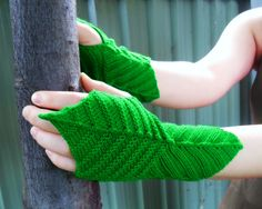 Ravelry: Mirk Wood Mitts pattern by Natalia @ Elfmoda