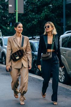 suits for women casual street styles, suits for women stylish, suits for women tailored The style crowd may be feeling Fashion Month fatigue, but you'd never know it from their outfits. The street style at Milan Fashion Week continues the nearly La Fashion Week, Milano Fashion Week, Fashion 2020, Look Fashion, Fashion Weeks, Fashion Styles, High Fashion Style, Streetstyle Fashion Week, High Fashion Outfits