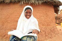 Op de meeste scholen in Ethiopië zijn er te weinig goede schoolboeken voor het aantal leerlingen. De boeken die gebruikt worden zijn oud en versleten en gaan meestal naar de jongens. Om ook alle meisjes toegang te geven tot schoolboeken wil Plan het aanbod in de schoolbibliotheken uitbreiden. Met dit kado geeft u een meisje de mogelijkheid om te leren uit een echt schoolboek.
