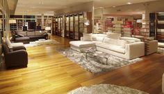 Tienda de sofás italianos con par-ky lounge teka. Calidez y naturaleza en la exposición.
