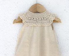 Fabric Knitted Girls' Dresses Models and Making - Kindermode Ideen Crochet Tutu, Crochet Yoke, Crochet Fabric, Crochet Girls, Crochet Baby Clothes, Crochet For Kids, Abaya Mode, Little Girl Dresses, Pulls