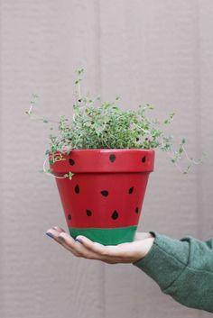 Inspiração Vaso de Melancia  Mais dicas: www.artecomquiane.com ➖compartilhe com uma amiga especial      #vaso #festa #decor #decoración #decoração #suco #frutas #melancia #watermelon #facavocemesmo #façavocêmesmo #doitforyou #doityourself #artecomquiane #crocheting #crochê #jardim