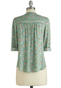Treat the Parents Top in Floral. Youve been putting in quite a bit of overtime at the office lately, so you celebrate the extra pay in your wallet by inviting your parents to brunch - your treat! Kurti Neck Designs, Dress Neck Designs, Blouse Designs, Stitching Dresses, Sleeves Designs For Dresses, Vetement Fashion, Corsage, Women's Fashion Dresses, Dress Patterns