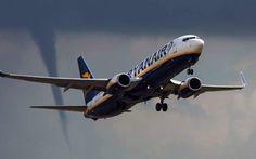Um mini-tornado pode ser visto à distância na decolagem da Ryanair do Aeroporto de East Midlands, Inglaterra. Imagem: Russ Greenwell/Paul King/Alamy.