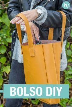 Bolso de polipiel ➜ Crea tu propio bolso #DIY con polipiel y una pistola termoencoladora. #Bolsos #Decoración #Handfie #DIY #Accesorio #Handmade #Proyectos #Crafts #Ideas