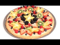 Video - dessert pizza - cookie dough crust, cream cheese spread topped with fresh fruit. Fruit Pizza Bar, Dessert Pizza, Cookie Pizza, Cookie Dough, Shredded Beef Sandwiches, Pizza Recipe Video, Eggnog French Toast, Cream Cheese Spreads, Desserts To Make