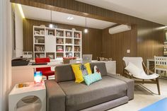 Este pequeno apartamento decorado possui uma planta muito bem planejada e decoração impecável. Os arquitetos da Conseil Brasil são os responsáveis pelo pro