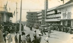 eerste aziatisch- afrikaanse conferentie Bandung 18-24 april 1955. Een parade voor het Hotel Savoy Homann. Het was een conferentie met 29 leiders van Aziatische en Afrikaanse landen om een gezamenlijk standpunt in te nemen tegen het kolonialisme.