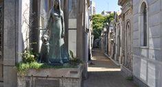 Cementerio de la Recoleta es un cementerio en el barrio de Recoleta . Es más famoso por tener el cuerpo de Evita Perón.