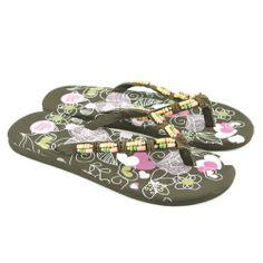 Flip flops planas fabricadas con materiales de goma y corte de tejido con detalles de bolitas, además estampado con diferentes motivos en la plantilla de la marca GIOSEPPO.