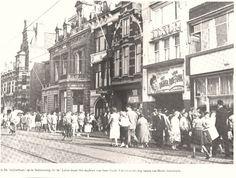 'De Stijfselbaan. In de Luxor draait Het Dagboek van Anne Frank, rechts de ramen van Heck's lunchroom'. Stelletjes liepen er stijf gearmd. Het haar stond strak van de lak of de brillantine en de zondagse kleding was keurig gesteven. In de jaren vijftig en zestig waren de Steenstraat en Stationsweg in Leiden hét uitgaanscentrum en de straten heetten in de volksmond de Stijfselbaan.