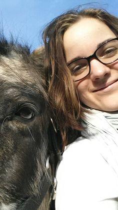 In de december zonder jas aan het werk met de paarden op de wei! Heerlijk!