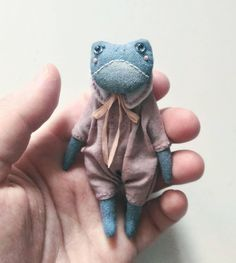 Brak dostępnego opisu zdjęcia. Cute Crafts, Felt Crafts, Fabric Crafts, Sewing Toys, Sewing Crafts, Sewing Projects, Cute Frogs, Fabric Toys, Softies