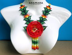 Mexicana Huichol moldeado rojo rosa flor collar CFG-0020 Red Rose Flower, Red Roses, Flower Necklace, Crochet Necklace, Art Du Fil, Mexican Jewelry, Gauche, Maya, Beads