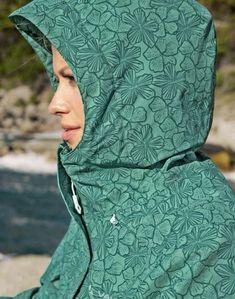 Wind- und wasserdichte Regenjacke von Vaude mit angeschnittener und weitenregulierbarer Kapuze, grün geblümt #vaude #regenjacke #outdoorbekleidung #vaudejacke #outdoor #gebrüdergötz Fashion, Rain Jacket, Cowl, Jackets, Moda, Fashion Styles, Fashion Illustrations