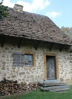 Stone Cottages, Cabins And Cottages, Country Cottages, Old Stone Houses, Old Houses, Farm Houses, Cottage Shutters, Exterior Paint Colors For House, Hacienda Style