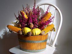 Výsledek obrázku pro podzimní dekorace do oken Fall Diy, Flower Arrangements, Autumn, Vegetables, Halloween, Garden, Flowers, Home Decor, Vegetable Garden