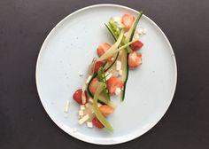 KAMSKJELLCARPACCIO MED FRUKT Caprese Salad, Plastic Cutting Board, Kitchen, Food, Baking Center, Cooking, Kitchens, Home Kitchens, Meals