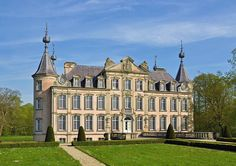 Poeke Castle sits near the small town of Poeke in Belgium. The castle.  Standing in 140 acres of parkland, it is surrounded by water and is accessible through bridges at the front and rear of the building.  Poeke Castle is thought to date from 1139 and played a prominent role during the conflict between Count Louis II of Flanders and the city of Ghent in 1382. fb.com/groups/castlesandmaidens/