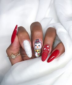 At Christmas there are so many things to do. We've decided to bring you the trendy winter and Christmas nail ideas that you can totally recreate at home, and find that perfect Christmas day outfit. Winter Nail Designs, Christmas Nail Designs, Christmas Nail Art, Christmas Fun, Cute Acrylic Nails, Cute Nails, Carnival Nails, Snowflake Nail Design, Nail Art Noel