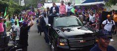 El Senador Tommy Galan (PLD-San Cristobal), saluda a simptizantes de su partido durante una caravana realizada por la zona rural de la provincia San Cristobal.