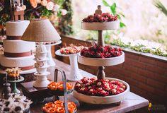 Decoração rústica, diferente. Mesa de doces e bolo. Abajour decorativo. DIY. Decoração por Amanda Tschaffon e  fotografia por Jorge Oliveira Fotografia.