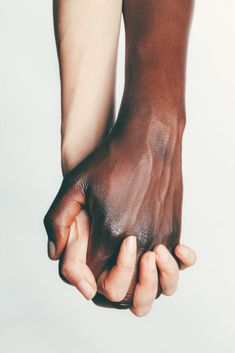 Interracial couple holding hands - Fitness and Exercises, Outdoor Sport and Winter Sport Hand Reference, Anatomy Reference, Drawing Reference, Hand Fotografie, Mains Couple, Couple Holding Hands, Holding Hands Drawing, Hand Holding, Hold Hands
