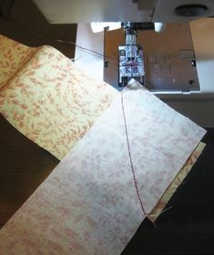 Tutorial showing you how to make your own quilt binding from fabric strips. Easy Sewing Projects, Sewing Hacks, Sewing Tutorials, Sewing Tips, Quilt Binding Tutorial, Sewing Binding, Quilting For Beginners, Quilting Tips, Make Your Own