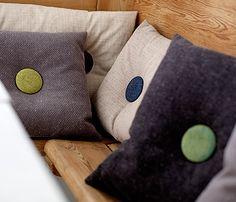 Puter fra Stoff og stil - svart stoff i møbelstruktur med knapp på midten
