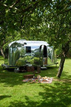 The simple life. Camper Caravan, Airstream Trailers, Camper Van, Vintage Travel Trailers, Vintage Campers, Tin Can Tourist, Little Campers, Airstream Interior, Camping Glamping